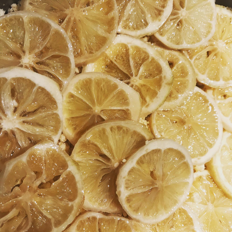 *はちみつレモンのシュトロイゼル*愛媛県産のグリーンレモンを生蜂蜜と粗糖でつけ、シュトロイゼルに挟んでみました️少し苦味を感じますが、それがまたいいアクセント。甘味が丁度良くなってます。レモンが漬かっていれば明日も焼こうと思います