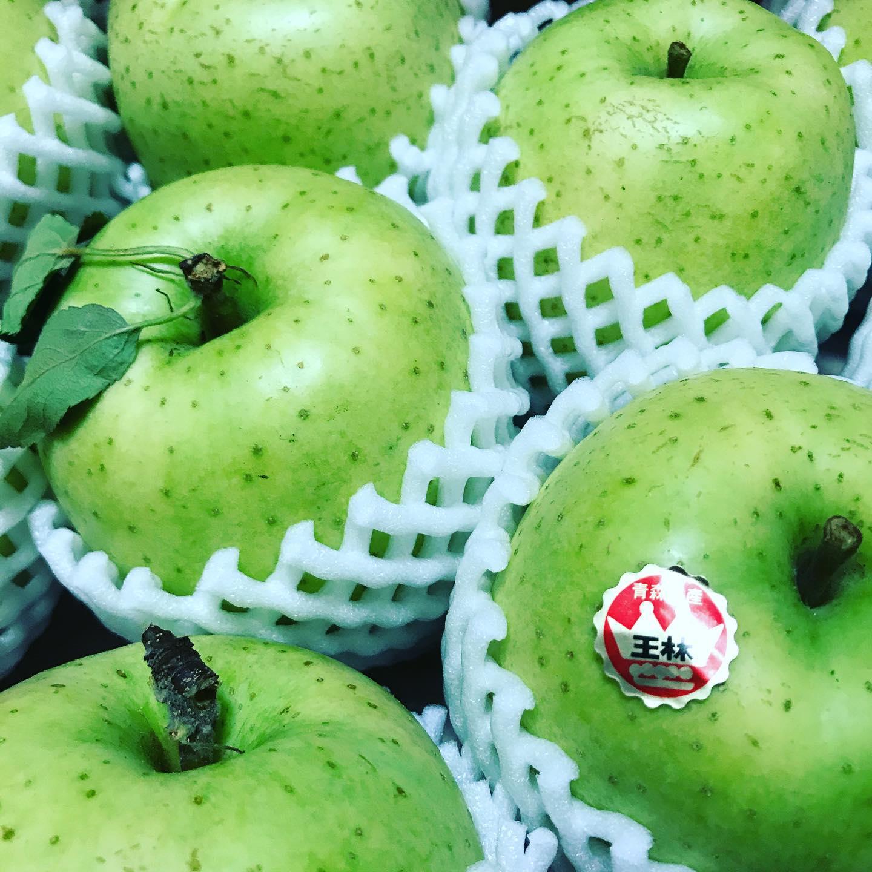 *王林のシュトロイゼル*青森県出身スタッフのお父さんがこんな立派なリンゴを送ってくれましたこのままでとってもとっても美味しいんですが、お客様にも食べてもらいたくてシュトロイゼルの中に入れちゃいました!ほんのりシナモンも香ります。リンゴのジューシーさに驚きます明日からの販売で12時ごろに店頭に並ぶ予定です