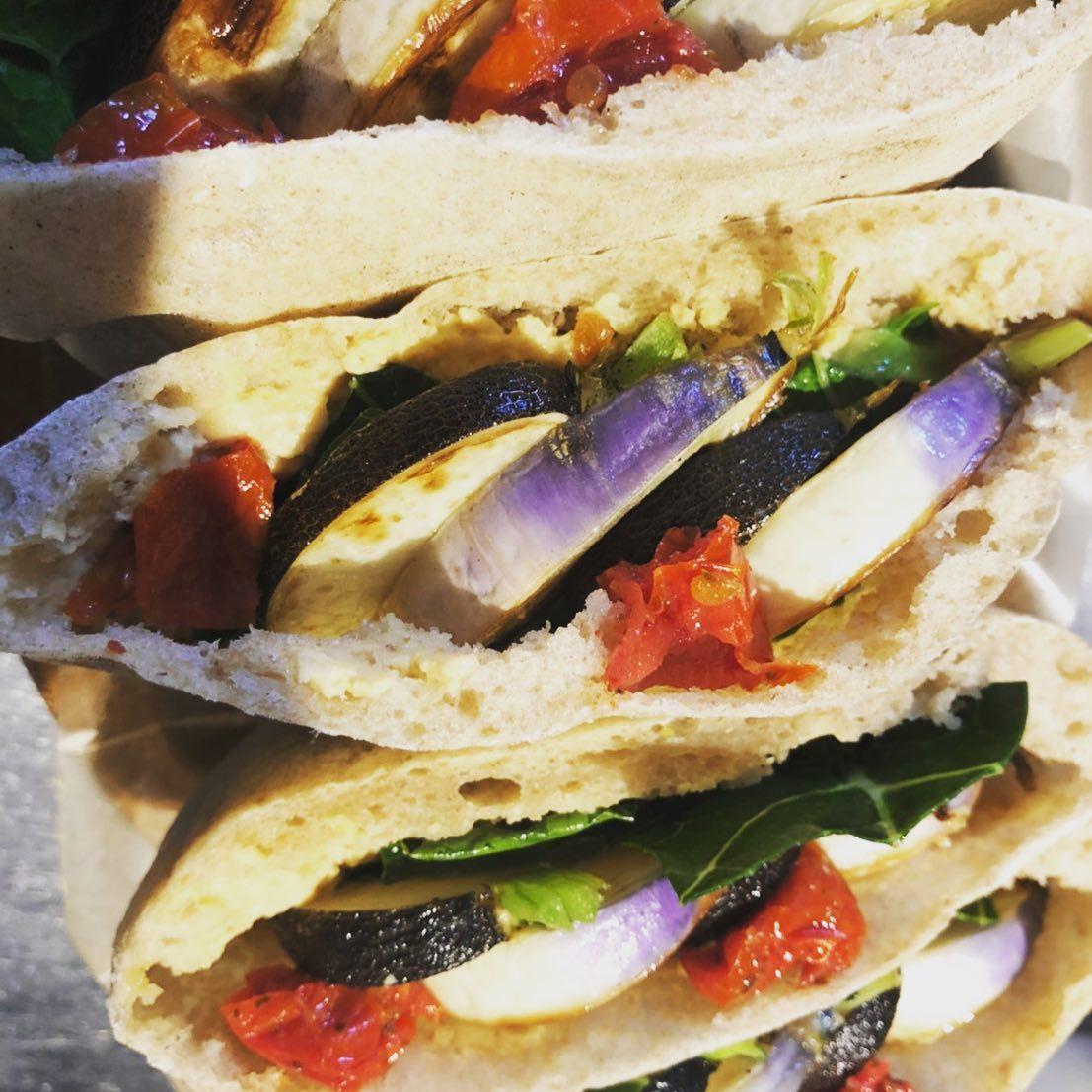 大人気の気まぐれピタサンド本日はケール、ブラックスパニッシュとパープルヘッドという2種類のカブが入ったお野菜のピタサンド🥙宮下さんのお野菜を使ってます!味が濃くてとってもおいしーい気合を入れて沢山作りましたー🏻♀️🥕🥬