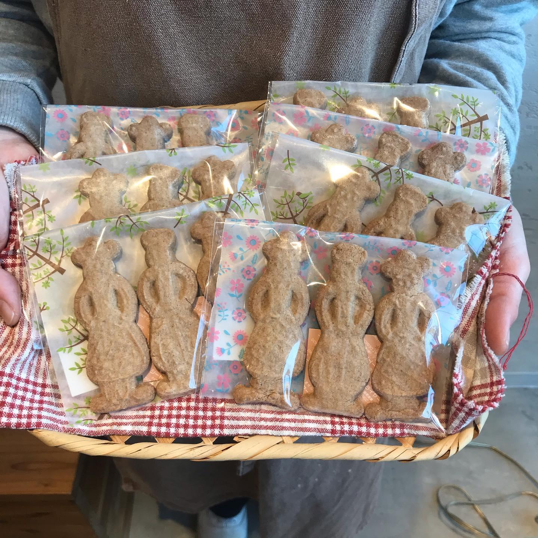 もうすぐクリスマス!ノラのクリスマス商品と言えば…スパイスをたくさん使って、木型で抜いたスパイスクッキー。去年もクリスマスシーズンに焼いたな、もう一年かとしみじみしながらせっせと皆で作りました。ノラの初めてのシュトレンは甘さ控えめでナッツやドライフルーツがたっぷり。ふんわりとレモンも香り大人な味に仕上がってます。今年はコロナでお家で過ごされる方が多いと思いますが、是非ノラのパンと焼き菓子も一緒に楽しんでもらえたらと思います🤗バゲット、カンパーニュのご予約も入ってきてます!お電話でも店頭でもお受付中です
