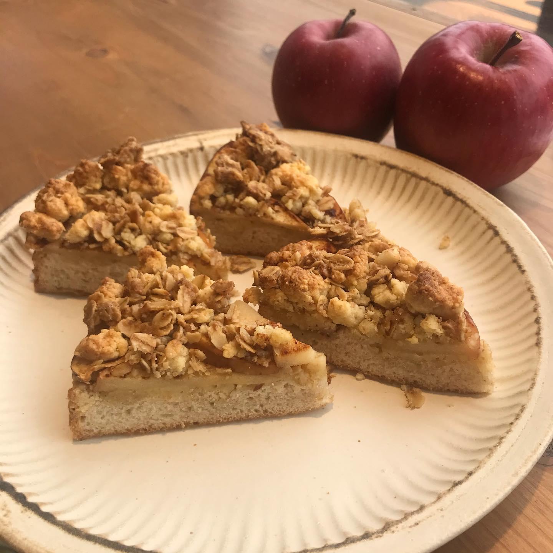*サンフジのシュトロイゼル*柚子ピールが終わり、次はりんごのシュトロイゼル作りました。りんごは青森県弘前市の佐藤農園さんのサンフジを使用。とっても甘くて焼き込むとジューシーでりんごの旨味が口いっぱいに広がります。シナモンも少しかかっていますコーヒーにぴったりな仕上がりになってますのでおうち時間のお供に是非!