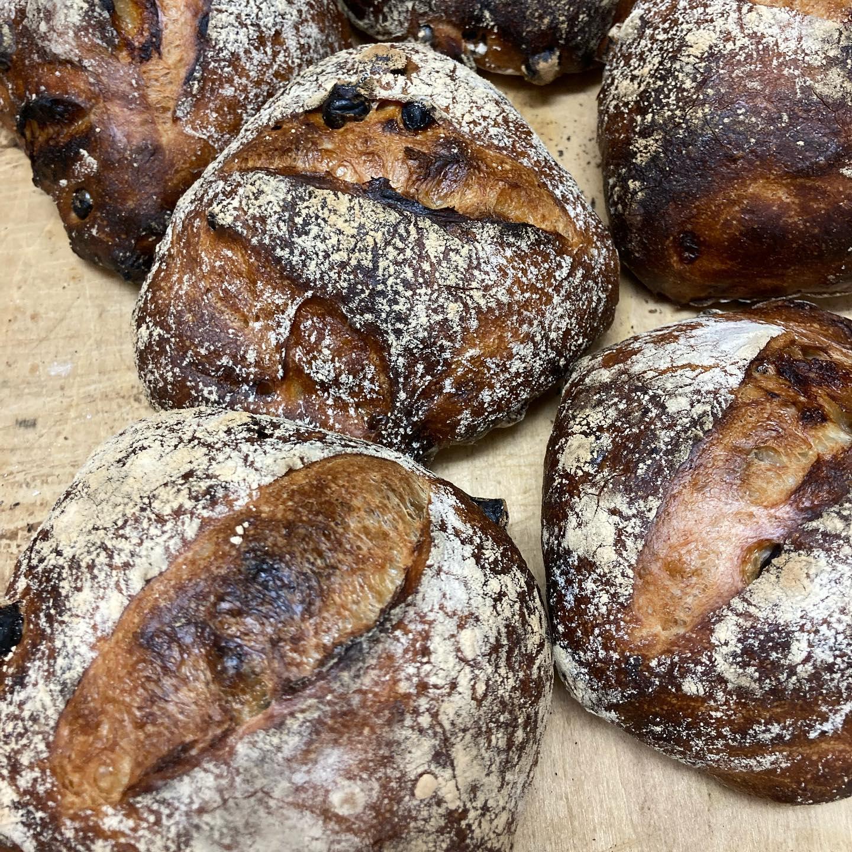 """もうすぐ新麦が解禁されます去年の9月に撒かれた麦が、越冬し、ようやく収穫の時を迎えました。収穫、製粉直後に味わう『ヌーヴォー小麦パン』は、この時期だからこその風味豊かな""""旬なパン""""です北海道のアグリシステムさんの小麦は、添加物や改良剤はもちろん、ポストハーベストもフリーです。人間の健康や環境に負荷をかけないような小麦生産をしてくれていますかつてはパンには向かないと言われた国産小麦も、今では世界にひけをとらない高品質の品種が次々と生まれました。そんな生産者さんの努力のおかげで私たちのパンがあります新麦収穫の喜びをみんなで分かち合おうと、ノラでは新麦のバゲット、食パン、リュスティックを焼きます🥖10月9日(土)解禁です️️お楽しみに〜"""