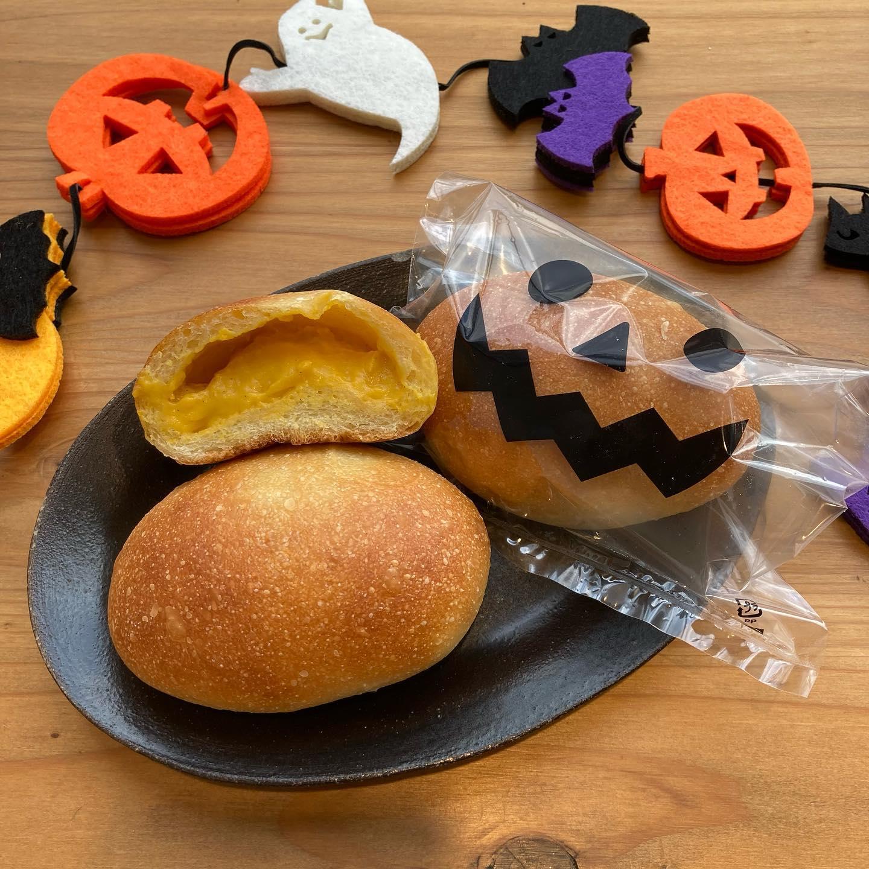 こんにちは️今日から10月末までの限定で、かぼちゃクリームパンを販売します北海道産のかぼちゃを使った濃厚なかぼちゃカスタードクリームです。パッケージもハロウィン仕様になってます♪